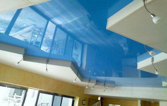 Потолок голубого цвета в современном интерьере