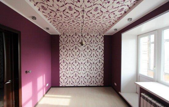 Пример отделки потолка обоями